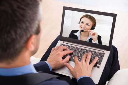 learning: Empresario chatear por video con la empresaria en la computadora port�til