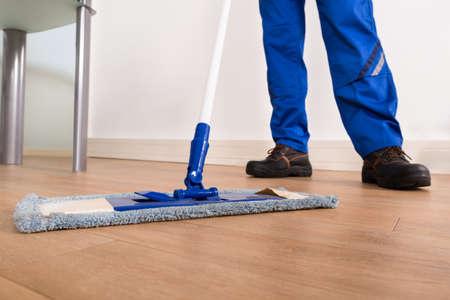 personal de limpieza: Parte inferior de un conserje Mopping Suelo Foto de archivo