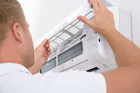 Portrait d'un système climatisation jeune homme Réglage Banque d'images