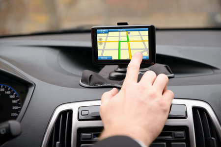 Close-up van de mens met behulp van GPS-navigatiesysteem in de auto Stockfoto