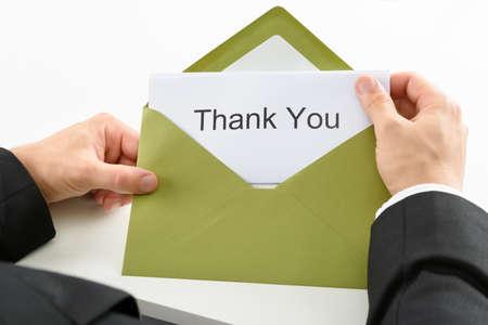 사업가 지주 녹색 봉투에 감사 카드