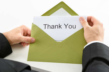 merci: Businessman Holding Merci carte dans l'enveloppe verte Banque d'images