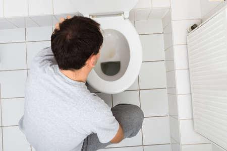 vomito: Opini�n de alto �ngulo de un hombre V�mitos En C�moda