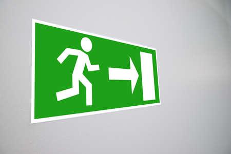 evacuacion: Primer De Emergencia Evacuaci�n signo en la pared