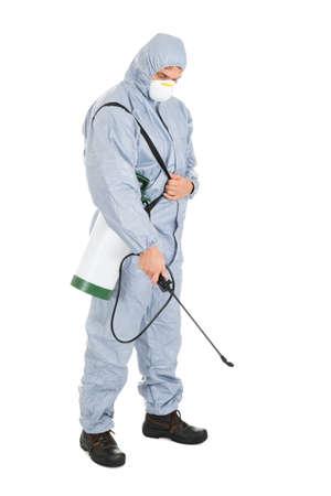 白い背景の上の殺虫剤噴霧器と防護作業服の害虫制御労働者 写真素材
