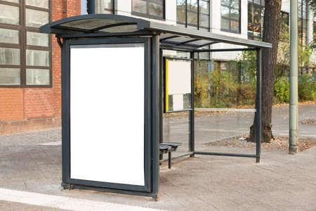 transportes: Empty Bus Stop Travel estación En la Ciudad Foto de archivo