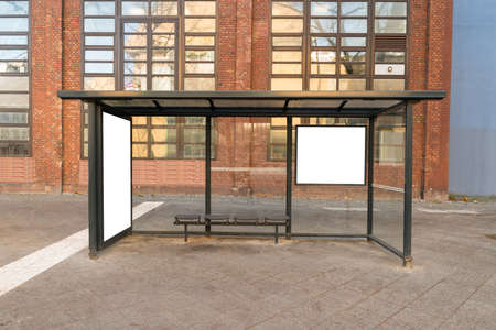 빈 버스 정류장 여행 역에서시 스톡 콘텐츠