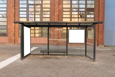 parada de autobus: Empty Bus Stop Travel estación En la Ciudad Foto de archivo