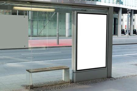 parada de autobus: Cartelera en blanco en la parada de autobús para la publicidad en la ciudad