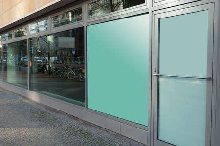 ortseingangsschild: Außenaufnahme von Gebäuden mit Glasfenster und Türen geschlossen