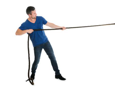 Retrato de un hombre tira de la cuerda sobre el fondo blanco Foto de archivo - 35943538