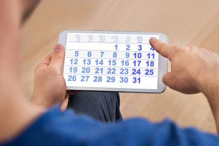 Close-up d'un homme Regardant Calendrier Sur Smartphone Banque d'images - 35943506