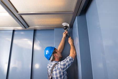 sicurezza sul lavoro: Foto Di professionale Cctv Tecnico Regolazione Camera Cctv