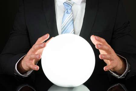 soothsayer: Primer plano del hombre de negocios Mano en la bola de cristal