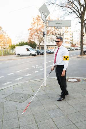 armband: Blind Man indossando la fascia Crossing Strada Tenere Stick
