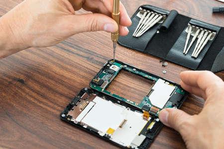 Close-up Foto der Techniker Hand Reparatur Handy Standard-Bild
