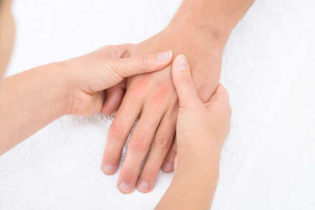 masoterapia: Primer plano de un fisioterapeuta masajes palma de un hombre Foto de archivo