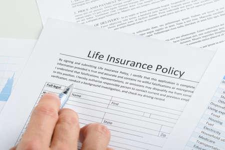 Close-up strony osoby wypełniające polisy ubezpieczeniowej Application Form Zdjęcie Seryjne
