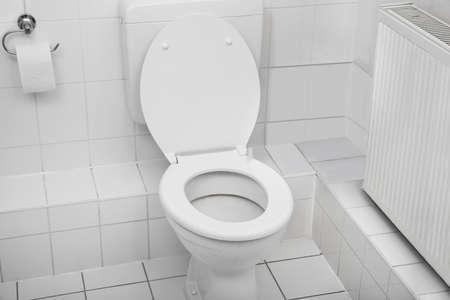 Biały muszli klozetowej w czystym higieniczny łazienką
