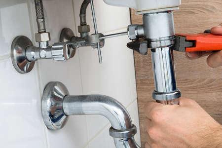 ca�er�as: Primer Del Hombre fontanero fijaci�n del fregadero en cuarto de ba�o