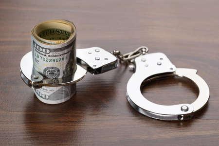 delito: Primer De arremangados Dollar Bills Con Esposas Foto de archivo