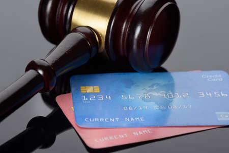 tarjeta de credito: Close-up de color marr�n de madera del mazo con tarjetas de cr�dito Foto de archivo