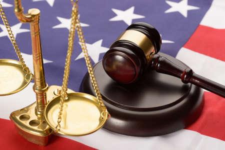 justice: Escala de la justicia y de Brown de madera Mazo en la bandera de Usa