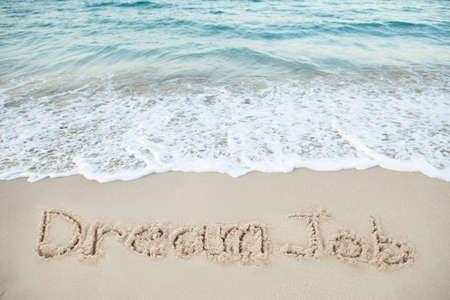 해변에서 바다로 모래에 쓰여진 꿈 일 스톡 콘텐츠