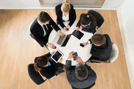 circulo de personas: Grupo de hombres de negocios con ordenadores y tabletas digitales