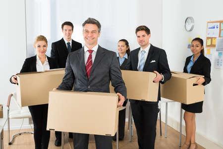 cajas de carton: Retrato de feliz multi�tnicos Empleados de oficina, manteniendo las cajas de cart�n