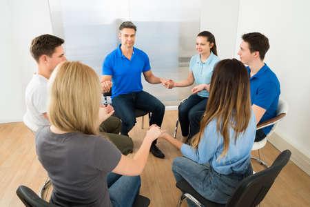 family praying: Grupo de personas que juegan a manos de explotaci�n Foto de archivo