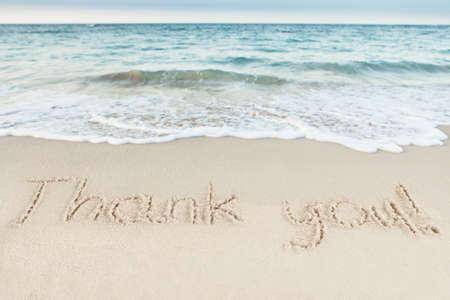 당신은 해변에서 바다 모래에 작성 감사합니다