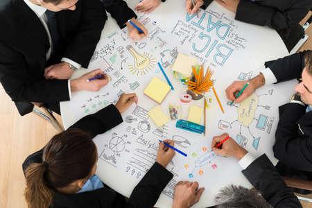Groep ondernemers bespreken tijdens de vergadering in Office