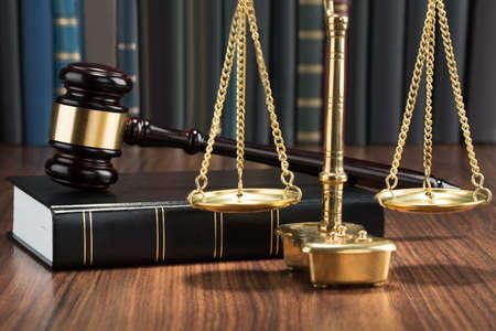 justiz: H�lzerner Hammer auf Buch mit Goldene Schuppen Auf Tabelle