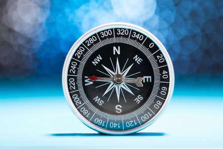 Photo Of Kompass Nadel auf West-Richtung Standard-Bild