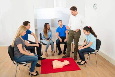 Première instructeur de l'aide démonstration des techniques Cpr sauver la vie
