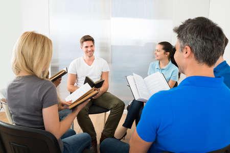 Groep Van Multiethnic Vrienden Reading Bijbel samen