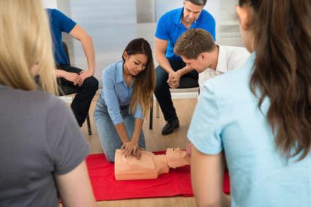 Instructeur te tonen CPR-compressie op een loos