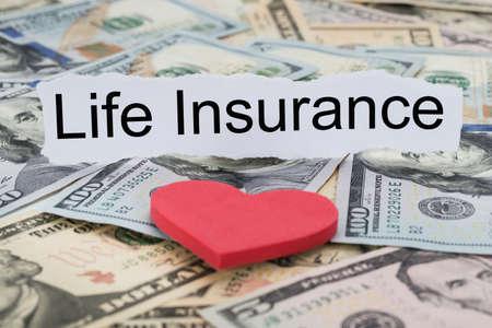 Close-up di assicurazione auto di testo sul pezzo di carta banconote e Cuore
