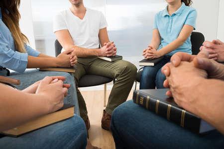familia orando: Primer plano de personas Orar con Santa Biblia