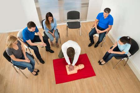 primeros auxilios: Instructor de Primeros Auxilios Mostrando Reanimaci�n T�cnica El Chupete