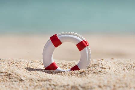 미니어처 Lifebuoy 모래 해변에서 확대해서