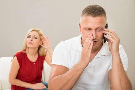 marido y mujer: Esposa Con Curiosidad Mirando a Esposo Hablar privada en el tel�fono m�vil
