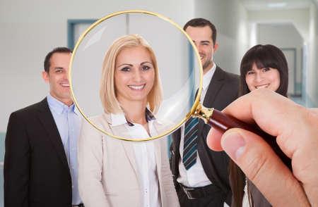 Persoon hand met vergrootglas op Kandidaat zoek