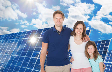 paneles solares: Feliz Familia derecha cerca del panel solar grande Foto de archivo