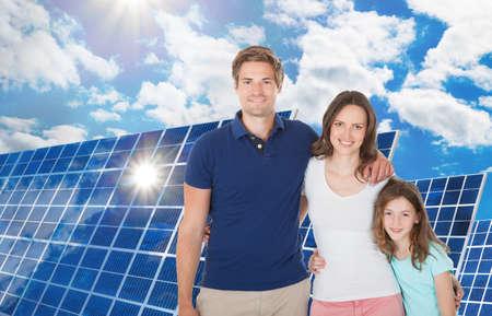 energy saving: Feliz Familia derecha cerca del panel solar grande Foto de archivo