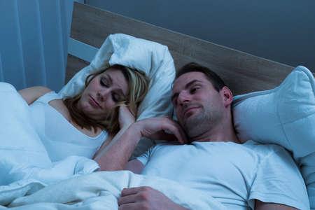 marido y mujer: Retrato de pares aburrido en la cama con la manta