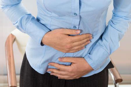 diarrea: Primer De La Empresaria Sufriendo Dolor de estómago en oficina