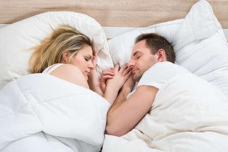 pareja durmiendo: Pareja Juntos Duerme En Cama En El País