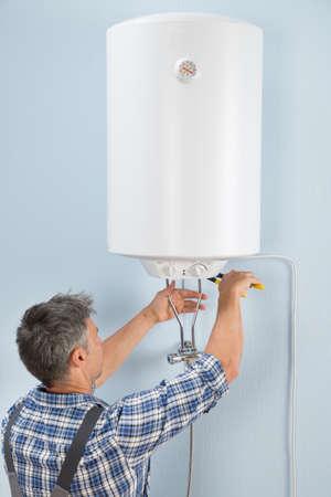 Portret van gelukkige mannen Loodgieter Repareren Elektrische verwarming